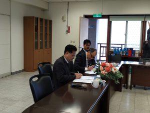 暨南國際大學校長蘇玉龍(前)與馬祖高中校長陳天賜(後) 簽訂策略聯盟