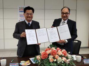 暨南國際大學校長蘇玉龍(左)與馬祖高中校長陳天賜(右)成功簽訂策略聯盟