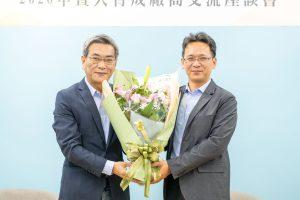 曾主任致贈鮮花予台灣民宿協會
