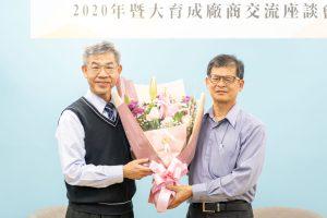 江副校長致贈鮮花予台灣精品咖啡產學聯盟