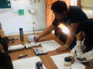 圖一 老師耐心協助同學繪本圖像描邊的工作