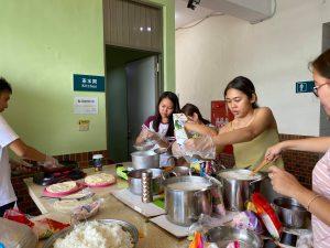 外國學生正準備母國美食料理