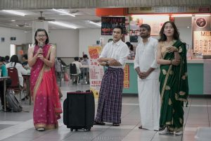 台灣學生著紗麗與外國學生於學生餐廳宣傳活動