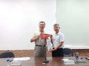 金門大學洪集輝副校長贈送禮物給本校江大樹副校長