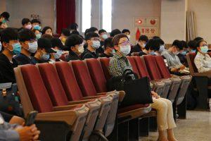 黃莘瑜老師擔任講座主持人