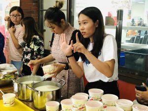 外國學生嘗試以中文與比手畫腳與台灣學生溝通